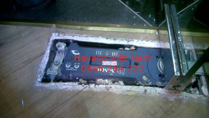 Bản lề thủy lực khi được chôn dưới sàn nhà