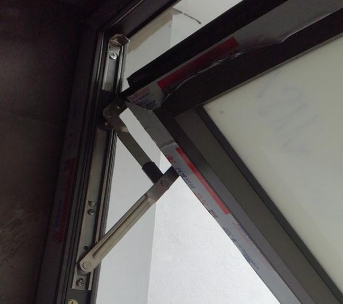 Bắn ốc vít giúp bản lề kết nối khung cánh với khung bao
