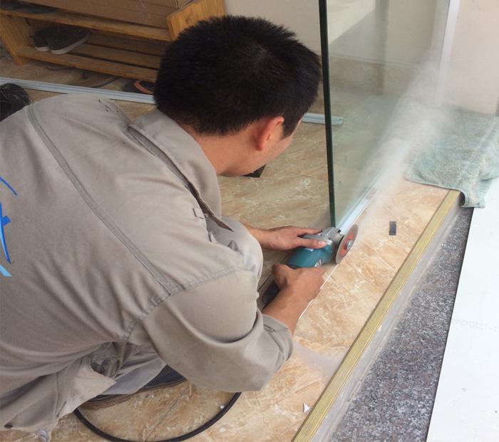 Cắt sàn nhà để lắp bản lề thủy lực cho cửa kính