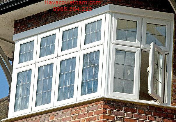 Cửa nhựa lõi thép màu trắng cửa sổ mở quay, rất tiện lợi.