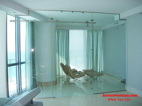 Sử dụng cửa kính cường lực cho phòng khách là một sự lựa chọn hoàn hảo