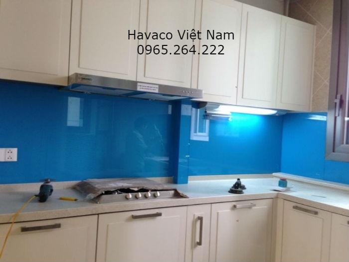 Kính ốp tường trang trí bếp màu xanh ngọc hợp mệnh hỏa