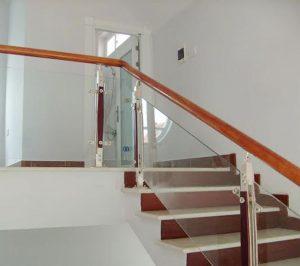 Nhà thêm sang với kính cường lực lan can cầu thang