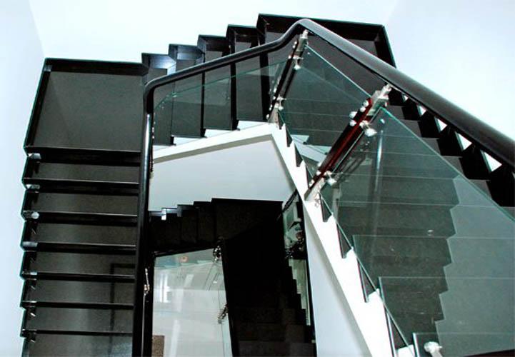 Thiết kế thi công lan can kính cho cầu thang