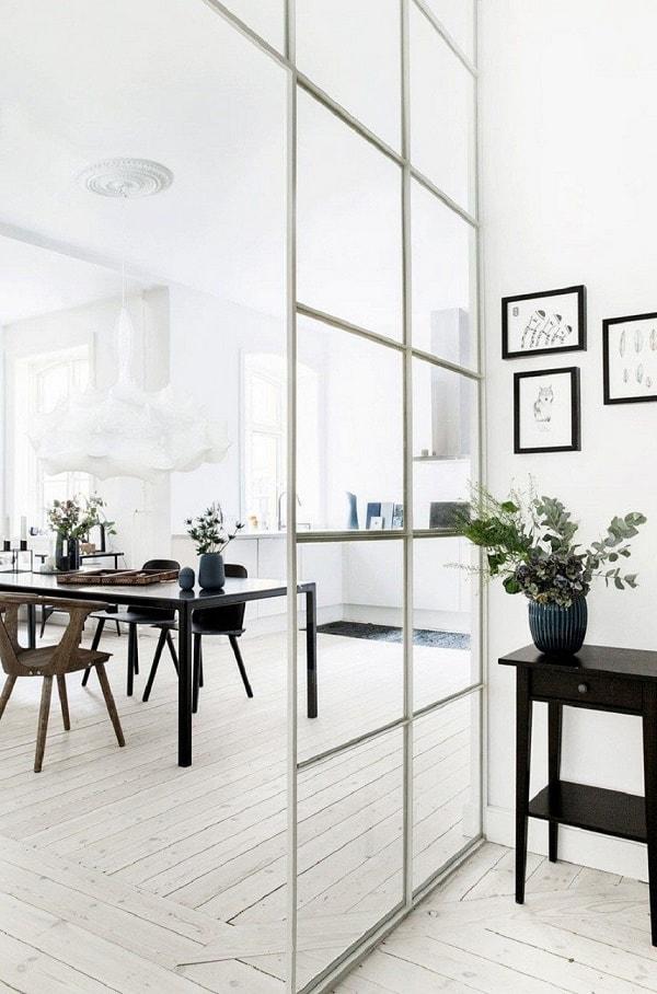 Vách ngăn phòng khách và bếp bằng tường nhôm kính, kính cường lực